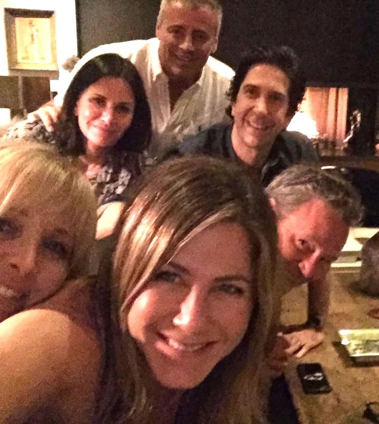 Jennifer Aniston junto a Matthew Perry, Courteney Cox, Matt LeBlanc, David Schwimmer y Lisa Kudrow, sus ex compañeros en Friends (@jenniferaniston)