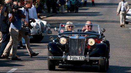 El príncipe Carlos y su esposa Camila paseando en descapotable por La Habana (AP)