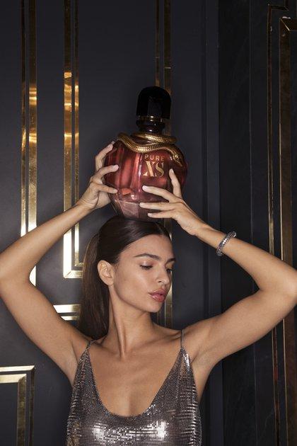 Pure xs, con la serpiente dorada, frasco de vidrio, con tapa negra y fondo rosado, así es la nueva fragancia femenina de Paco Rabanne protagonizada por EmRata (Piug Argentina)