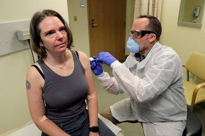 """Jennifer Haller fue la primera voluntaria en someterse a la dosis experimental del laboratorio Moderna para combatir al coronavirus COVID-19. """"Me siento genial"""", afirmó tras la inyección dada en Seattle (AP)"""