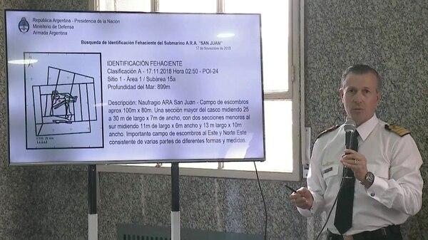 Enrique Balbi, ex vocero de la Armada leyendo el informe de la empresa Ocean Infinity
