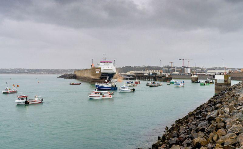 Pesqueros franceses impenden la salida del Commodore Goodwill del puerto (Marc Le Cornu/via REUTERS)