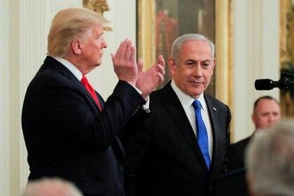 Trump y el primer ministro israelí Netanyahu en una foto de enero de 2020 (REUTERS/Brendan McDermid/archivo)