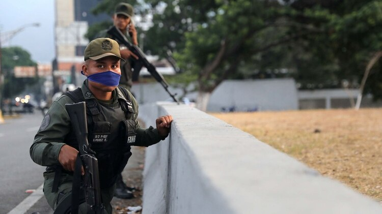 Un militar, con la nariz y la boca cubierta para disminuir el efecto del gas lacrimógeno(REUTERS/Manaure Quintero)
