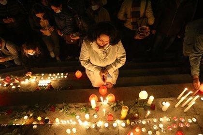 Varias personas participan en un homenaje a las víctimas del conflicto armado en Nagorno Karabaj, en la plaza de la Libertad de Yereván (Armenia), ayer. EFE/Hayk Baghdasaryan