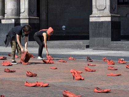 """TOLUCA, ESTADO DE MÉXICO, 30NOVIEMBRE2019.-  Familiares de víctimas de feminicidio y mujeres de diversos colectivos se reunieron frente a Palacio de Gobierno e instalaron el performance """"Zapatos Rojos"""", los zapatos representan a las mujeres que han sido asesinadas en el Estado de México, este es un proyecto de arte creado por Elina Chauvet y es la primera vez que se realiza en la capital mexiquense, pidiendo justicia y alto a la violencia de género.  (Foto: Crisanta Espinosa Aguilar/Cuartoscuro)"""