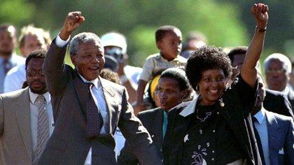 Un momento histórico: Nelson Mandela sale de la prisión Victor Verster junto a su esposa Winnie (REUTERS/Ulli Michel)