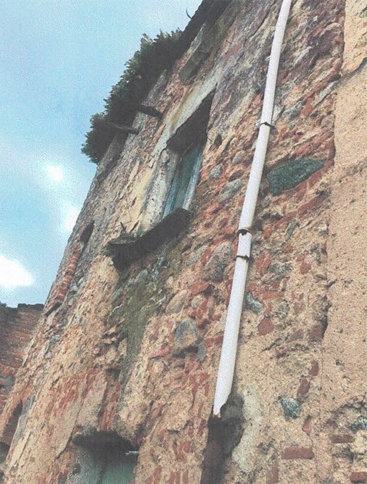 Su fachada está prácticamente destruida, con su mampostería desprendida, al igual que su estructura interior