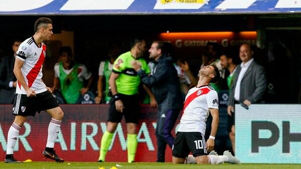 El momento en que Martínez siente un dolor en su pierna y pide el cambio