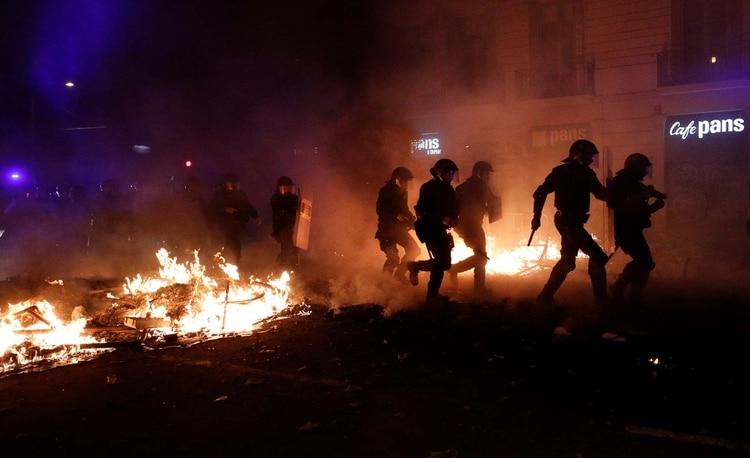 Disturbios en la quinta noche de protestas en Barcelona (REUTERS/Albert Gea)