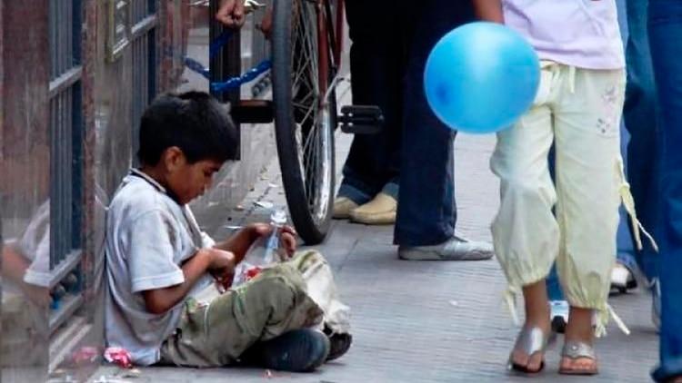 Los niños que nacen en hogares pobres tienen alta probabilidad de ser adultos pobres