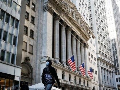 Un peatón con una mascarilla camina por la Bolsa de Nueva York, en Manhattan (Reuters)