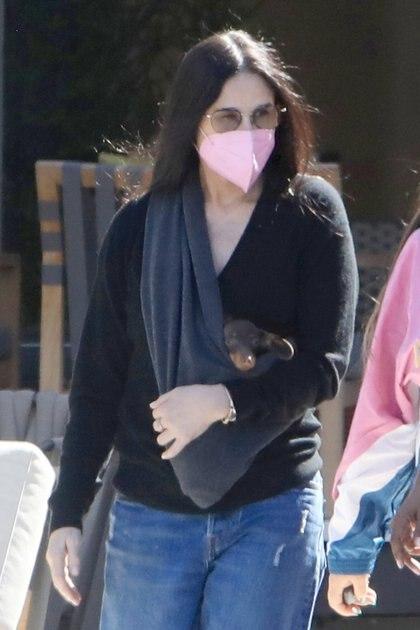 Demi Moore disfrutó de un día de shopping con un grupo de amigas en Los Ángeles. La actriz, además, cargó en su pecho a su perrito