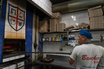 El horno de Banchero, una de las pizzerías más concurridas e históricas de Corrientes. Dejaron de trabajar con menú ejecutivo y mantienen una carta básica para poder trabajar con personal reducido. (Foto: Franco Fafasuli)