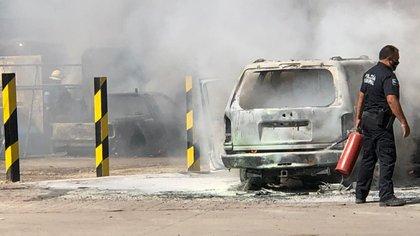 El incendio de una gasera en Tonalá dejó a dos personas lesionadas de gravedad y cinco automóviles calcinados en su totalidad (Foto: Twitter@PoliciaTonala)