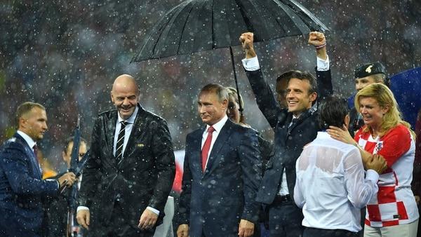 Macron celebra mojado mientras Putin disfruta de tener un paraguas (Reuters)