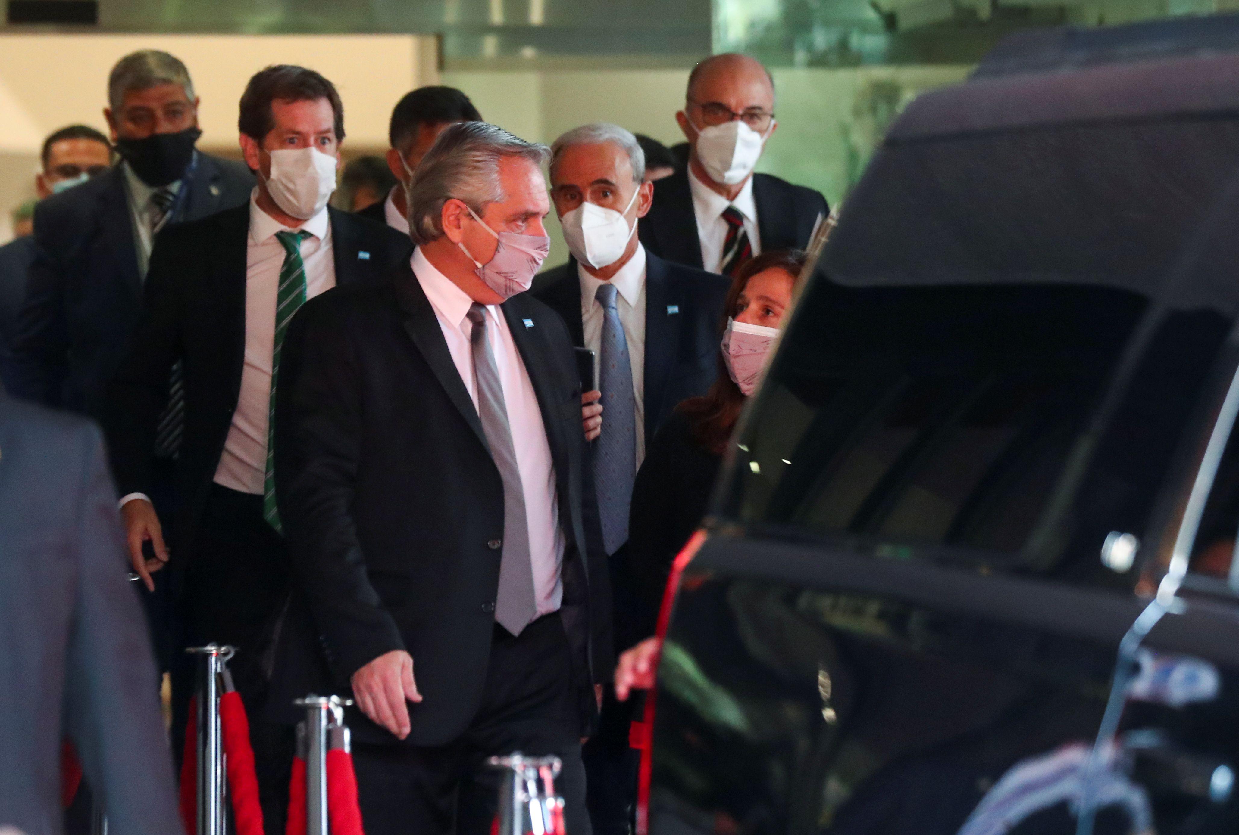 Alberto Fernandez abandona el hotel Presidente rumbo al laboratorio que completa la fabricación de la vacuna Oxford-Astrazéneca