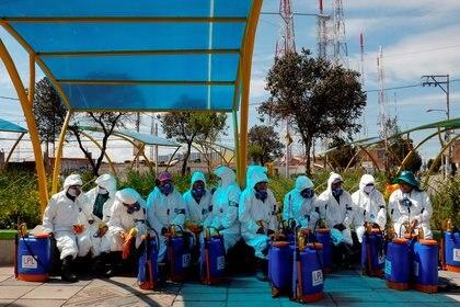 Un grupo de voluntarios en la afueras de La Paz, Bolivia, se preparan para desinfectar una zona en el marco de la emergencia del coronavirus (REUTERS/David Mercado)