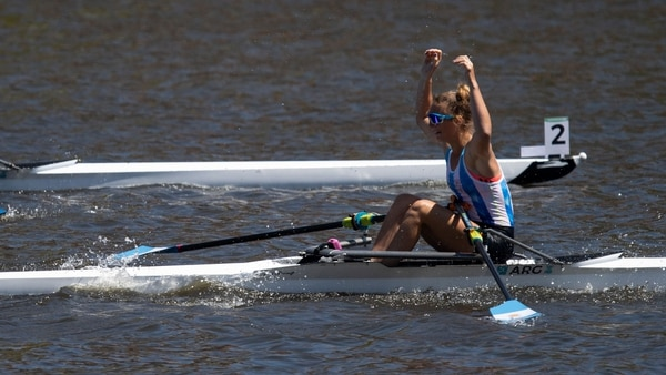 Sol acaba de alcanzar la gloria y celebra en el dique de Puerto Madero Foto: Joe Toth para OIS/IOC