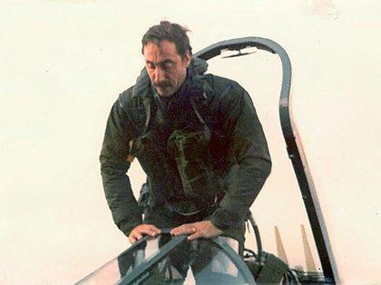 Augusto Bedacarratz desciende de su Super Étendard tras cumplir con éxito la misión