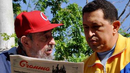 """""""Fidel me hizo el honor —gracias, mi Comandante— de convertirme en hijo suyo, y yo así me siento"""", dijo Chávez en 2009. (Reuters)"""