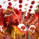 Los chinos le dedican semanas a los festejos, durante las cuales viajan a visitar familiares, comparten comidas para la buenas suerte y lanzan fuegos artificiales para atraer prosperidad.