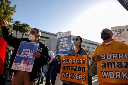 Demonstration of unions in front of the Amazon plant in Alabama.  REUTERS / Lucy Nicholson / File