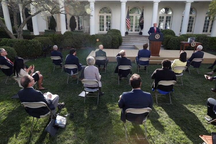Donald Trump da una conferencia de prensa en los jardines de la Casa Blanca, ubicación elegida para que los reporteros puedan sentarse a una distancia segura entre ellos. Foto: REUTERS/Tom Brenner