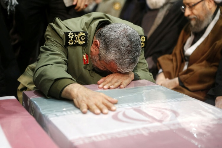 El brigadier general Esmail Qaani, nuevo comandante de la Fuerza Quds, sobre el féretro del general Qassem Soleimani, a quien sucederá en la fuerza de élite iraní (Official Khamenei website/Handout via REUTERS)