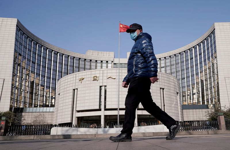 Imagen de archivo de un hombre pasando frente a la sede central del Banco Popular de China en Pekín. 3 febrero 2020. REUTERS/Jason Lee