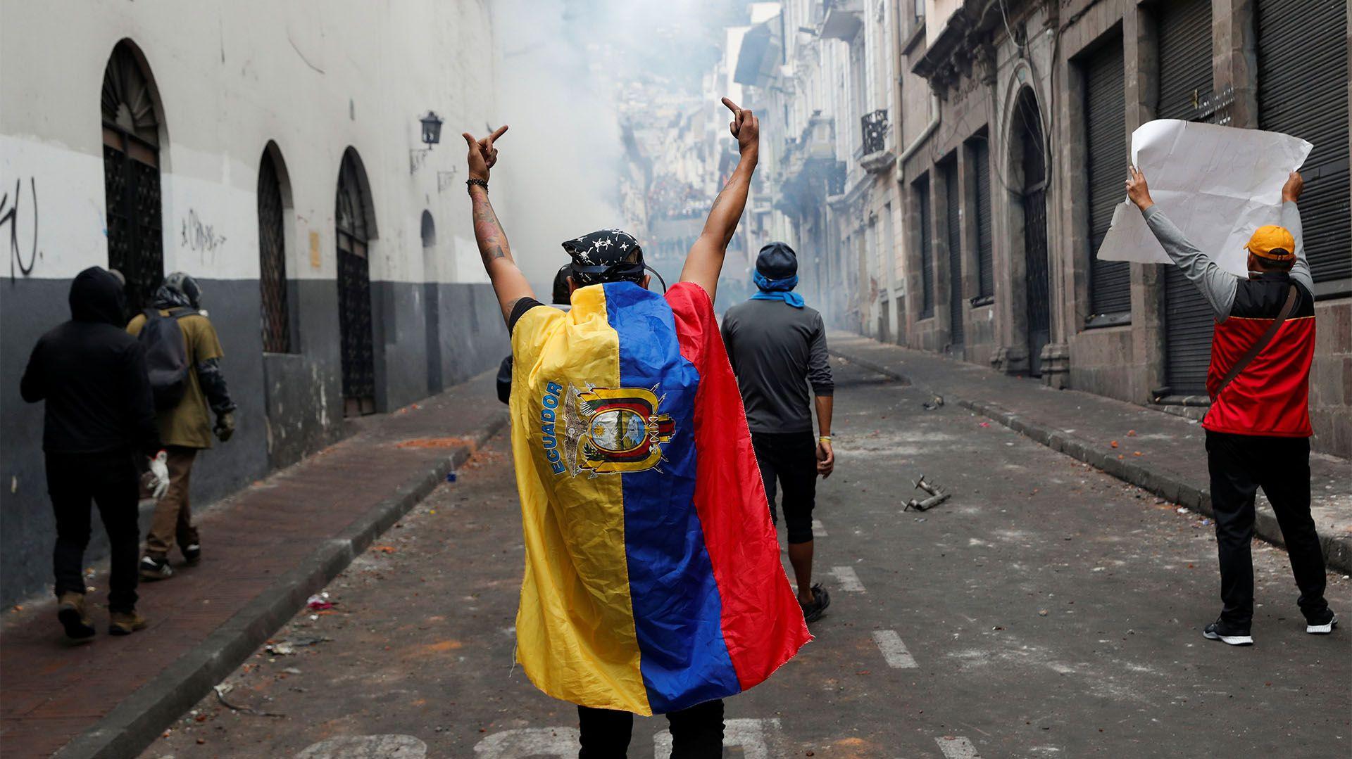Un grupo de manifestantes desafía a la Policías (REUTERS/Henry Romero)