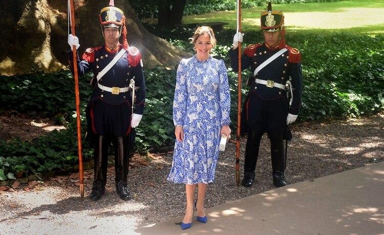 La esposa del primer ministro de Canadá, Justin Trudeau eligió un vestido estampado en azul y blanco con zapatos cerrados en azul eléctrico.