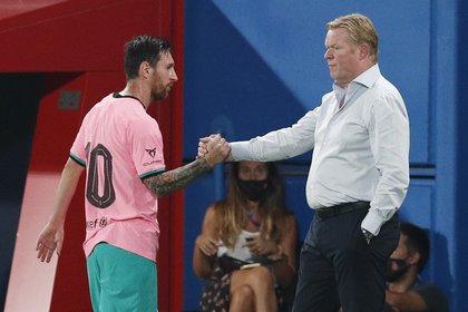 El saludo ¿frío? ¿protocolar? de Messi y Koeman cuando el entrenador decidió reemplazarlo por Dembelé (REUTERS/Albert Gea)