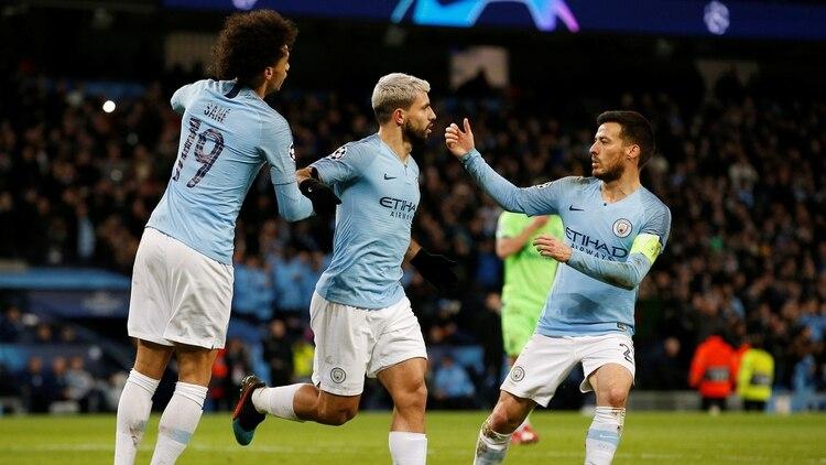 Sergio Agüero anotó dos goles para adelantar al Manchester City ante el Schalke 04 (Reuters)