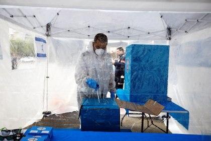 Para las elecciones en Israel, habilitaron mesas especiales para las zonas en cuarentena (Reuters)