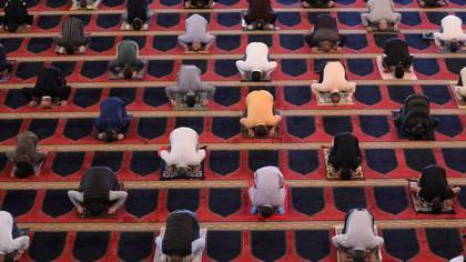 Libaneses asistieron a la mezquita de al-Amin en Beirut el 8 de mayo de 2020 respetando el distanciamiento social luego de que las mezquitas reabrieran sus puertas para las oraciones del viernes (REUTERS/Mohamed Azakir)