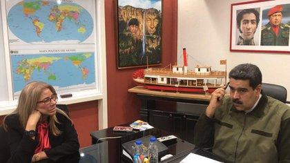 Nicolás Maduro aparece en su nuevo despacho con su esposa, Cilia Flores (Twitter: @NicolasMaduro)