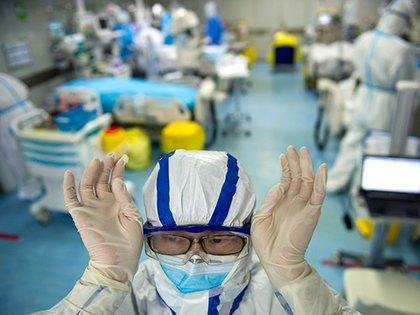 Una enfermera ajusta sus gafas en una unidad de cuidados intensivos que trata a pacientes con coronavirus COVID-19 en un hospital de Wuhan el 26 de febrero (Foto de STR/ AFP)