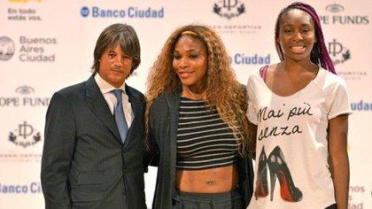Blaksley junto a las hermanas Venus y Serena Williams.