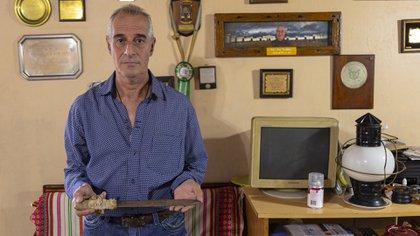 Jorge Kröhling, con una faca, recuerdo del sangriento motín de Sierra Chica. Él era guardia en ese entonces, y quedó como rehén para salvar a un compañero (Diego Barbatto)