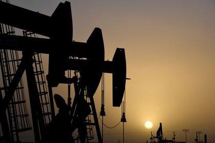 FOTO DE ARCHIVO. Bombas de petróleo funcionan al atardecer, en Midland, Texas, EEUU. 11 de febrero de 2019. REUTERS/Nick Oxford