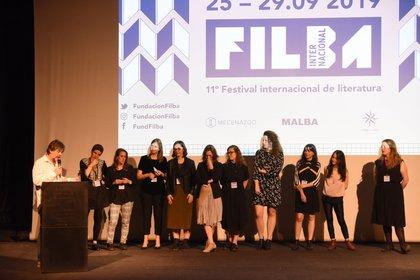 """Pablo Braun presentando a """"las diez mujeres que motorizan el FILBA"""" (Franco Fafasuli)"""