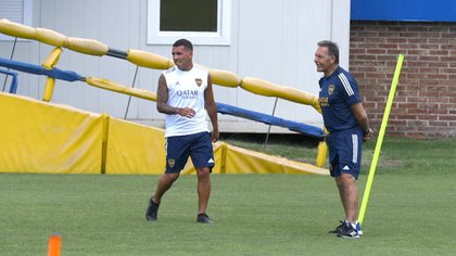Carlos Tevez con la remera blanca de entrenamiento y Miguel Ángel Russo con la vestimenta azul (Foto: Maximiliano Luna)