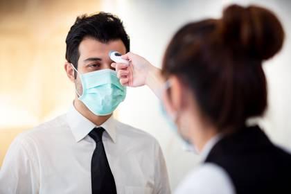 Al ingresar a sus lugares de trabajo tendrán que tomarle la temperatura corporal (Shutterstock)
