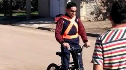 Entre abril y julio, Jeremías Rojo tuvo que hacer 100 km diarios en una pequeña bicicleta para poder acudir a su trabajo