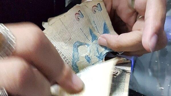 Los deteriorados billetes de 2 pesos dejarán de ser moneda