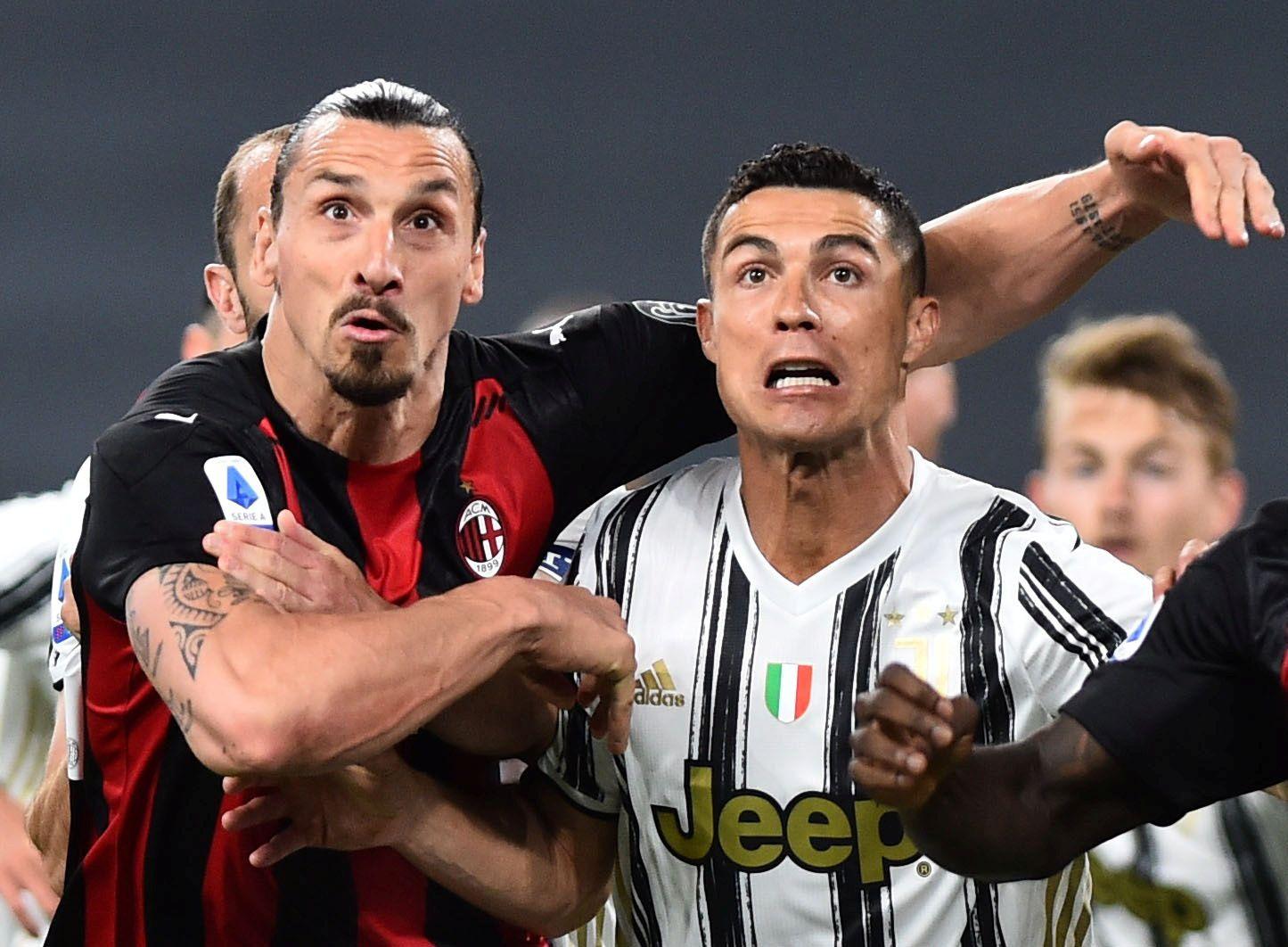 Ibrahimovic junto a Cristiano Ronaldo en un duelo entre su club y el ex equipo del portugués (REUTERS/Massimo Pinca/File Photo)
