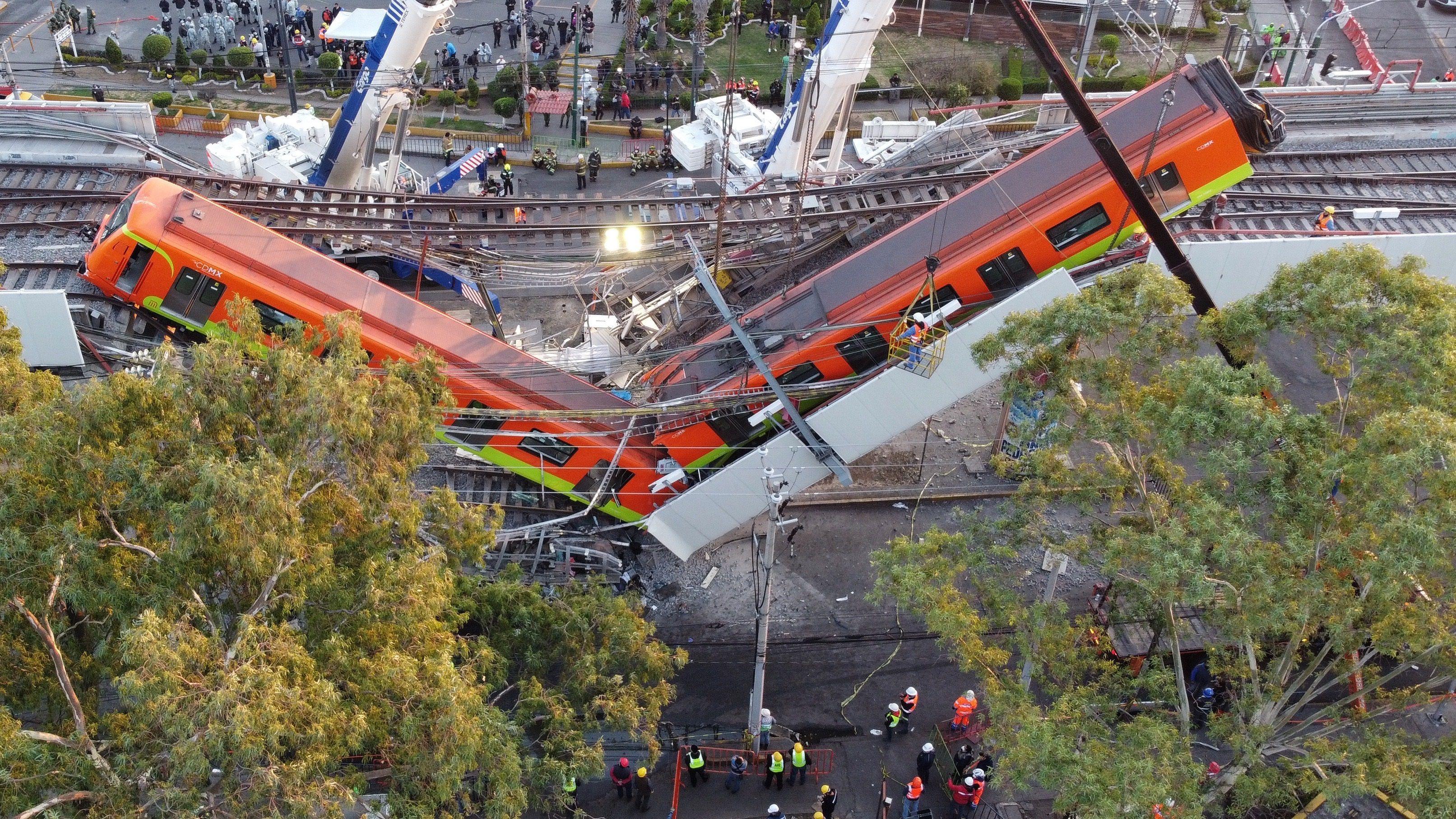 Vista aérea realizada con un drone que muestra el colapso de los vagones del metro, hoy en la Ciudad de México (México). EFE/Sáshenka Gutiérrez