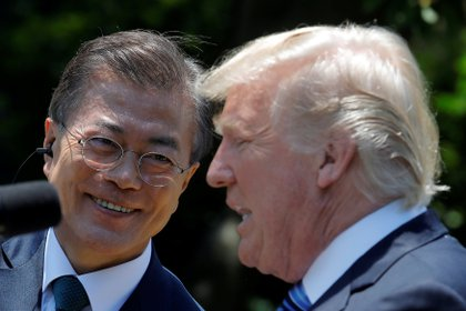El presidente de Corea del Sur Moon Jae-in y su par estadounidense Donald Trump durante un encuentro en la Casa Blanca el 30 de junio (Reuters)