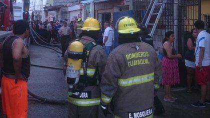 Los bomberos en el lugar de la tragedia.